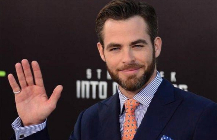 chris-pine-saluda