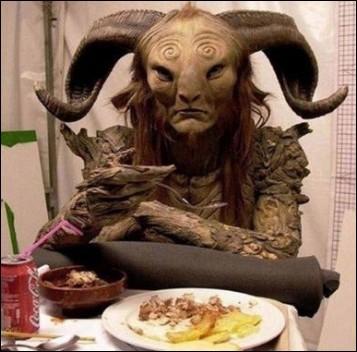 el-laberinto-del fauno-comiendo