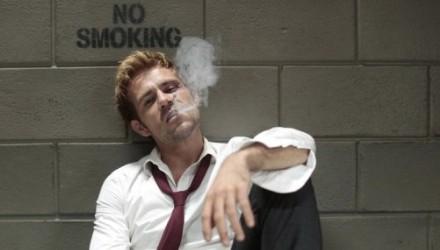 constantine-fumando